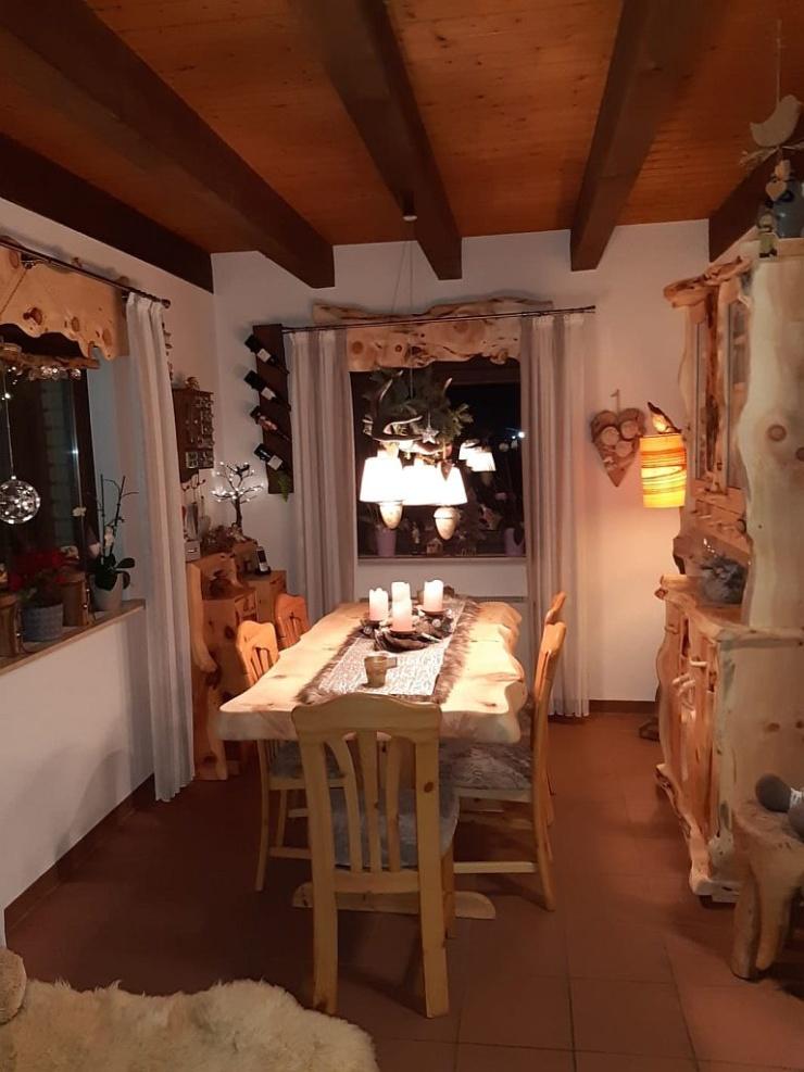 Esszimmer-Möbel-aus-Zirbenholz